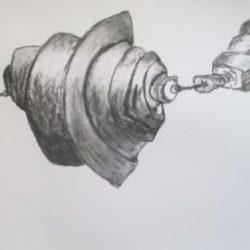 dessin au fusain sur papier datant de 2019 représentant un objet dessiné au fusain accroché a un fil sur un fond blanc